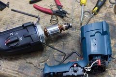 Mechaniker, der elektrischen Starter repariert Lizenzfreies Stockfoto