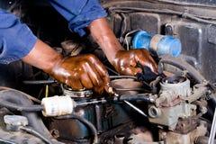Mechaniker, der Fahrzeug repariert Stockbild