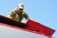 Mechaniker, der General Dynamics F-111 überprüft Lizenzfreies Stockbild