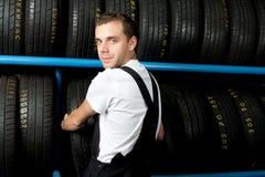 Mechaniker, der Gummireifen im Autoservice wählt stockfotos