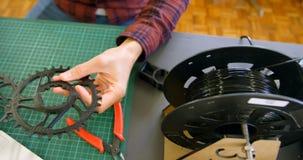 Mechaniker, der Kettenblätter in der Werkstatt 4k überprüft stock video footage