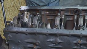 Mechaniker, der Lkw-Motor-Nahaufnahme repariert stock video footage