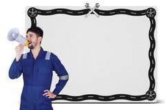 Mechaniker, der mit einem Megaphon schreit Stockfotos