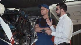 Mechaniker, der mit Zeichner spricht stock video footage
