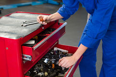Mechaniker, der nach Werkzeug in den Fächern sucht Lizenzfreies Stockfoto