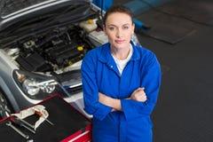 Mechaniker, der oben Kamera betrachtet Lizenzfreie Stockfotos