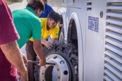 Mechaniker, der Reifenpanne am Buszusammenbruch repariert lizenzfreie stockbilder