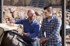 Mechaniker, die alte agrimotors am Bauernhof reparing sind Stockfotos