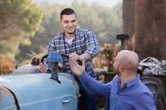 Mechaniker, die alte agrimotors am Bauernhof reparing sind Lizenzfreies Stockbild