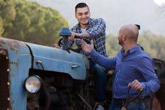 Mechaniker, die alte agrimotors am Bauernhof reparing sind Lizenzfreie Stockbilder