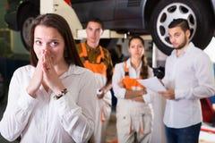 Mechaniker, die versuchen, Kunden zu betrügen stockbilder