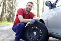 Mechaniker falt Reifen Lizenzfreie Stockfotografie