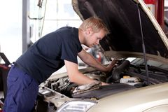 Mechaniker-Festlegung-Auto Stockfotografie