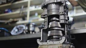 Mechaniker In The Garage, welches das Getriebe repariert stock video footage