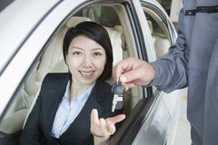 Mechaniker Handing Keys zur Geschäftsfrau stockbild