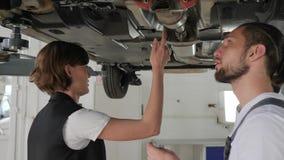Mechaniker hilft Kunden, weiblichem Verbraucher im Autoservice, stock video footage
