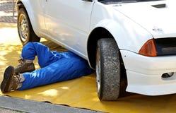Mechaniker mit der Klage von der Arbeit bei der Reparatur des Maschinenausfallung Stockfotos