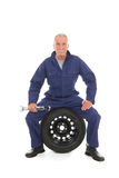 Mechaniker mit Rad und Schlüssel Stockfoto