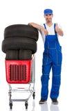 Mechaniker mit Reifenaufgeben Daumen Lizenzfreies Stockbild