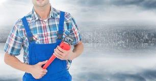 Mechaniker mit rotem Schlüssel gegen Skyline Lizenzfreie Stockfotos