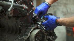 Mechaniker nimmt Bolzen von der Maschine heraus stock video