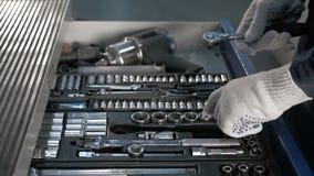 Mechaniker-offener blauer Metallkasten mit verschiedenen Werkzeugen für Auto-Reparatur an der modernen Tankstelle