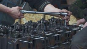 Mechaniker reparieren einen enormen Lkw-Motor stock video