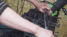 Mechaniker reparieren einen großen Lkw-Motor stock video