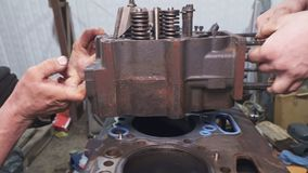 Mechaniker reparieren einen Lkw-Motor-Abschluss oben stock video