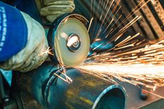 Mechaniker säubert einen Schweißnaht stockbilder