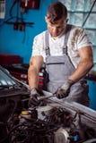 Mechaniker Servicing Car Lizenzfreie Stockbilder