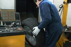 Mechaniker und Gummireifen Stockfotos