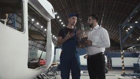Mechaniker und Zeichner nahe flacher Karkasse stock video
