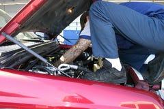 Mechaniker unter der Haube Lizenzfreie Stockbilder