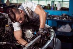 Mechaniker unter einem Auto Lizenzfreie Stockbilder