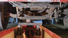 Mechaniker unter Unterseite von LKW stock footage