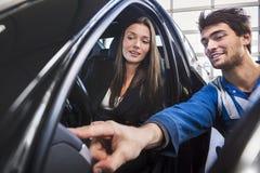Mechaniker unterstreicht zum Kunden, was örtlich festgelegt ist Lizenzfreies Stockfoto