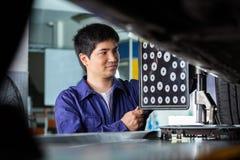 Mechaniker Using Wheel Aligner auf Autoreifen Lizenzfreie Stockbilder
