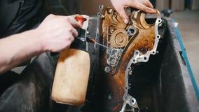 Mechaniker washs die Maschinenteile, Wasserdruck, Vorderansicht stock video