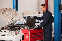 Mechaniker, welche nach einigen Werkzeugen sucht Stockbild
