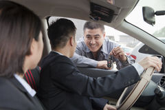 Mechaniker zu verbinden Giving Car Keys Stockbild