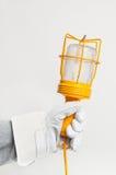 Mechanikerarbeitshand mit Leuchte lizenzfreie stockfotografie