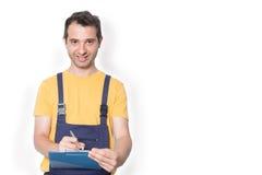 Mechanikerarbeitskraft mit dem Klemmbrett lokalisiert auf Weiß Lizenzfreies Stockfoto