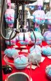 Mechanikergreiferkran für die Ergreifung des weichen Spielzeugs in Puppenverkauf machin lizenzfreie stockfotos