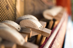 Mechanikerhämmer und -schnüre innerhalb des alten Klaviers stockbild
