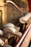 Mechanikerhämmer und -schnüre innerhalb des alten Klaviers stockfotos