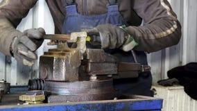 Mechanikerhände reiben rostiges Metall mit Raspelwerkzeug in der Garage stock video footage