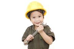 Mechanikerjunge mit Werkzeugschlüssel auf lokalisiertem weißem Hintergrund Stockbilder