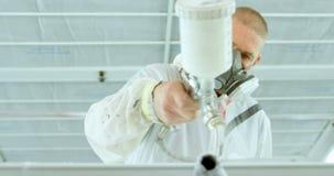 Mechanikermalerei-Autoteile mit elektrischer Farbspritzpistole in der Garage 4k stock video