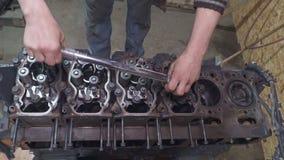 Mechanikerreparaturen ein enormer Lkw-Motor stock footage